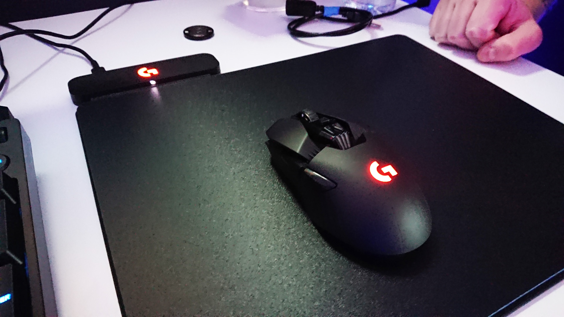 e3 2017 hands on with logitech powerplay wireless charging system